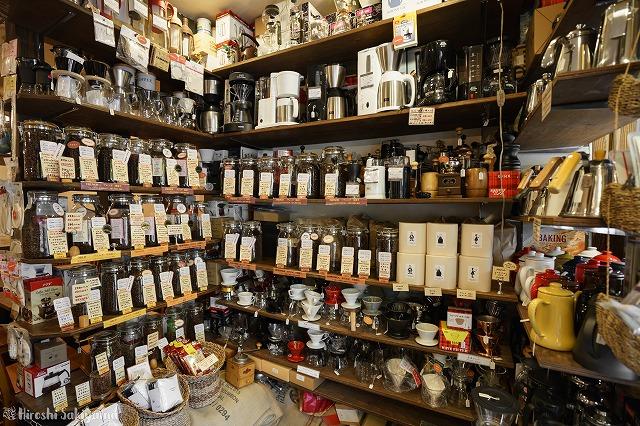 ローキートーン珈琲店のコーヒー器具、コーヒー豆が並んでいる様子