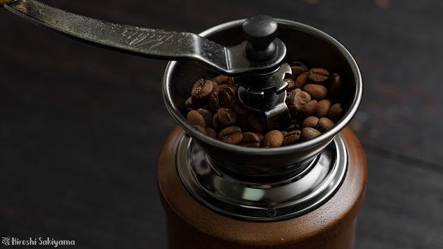 ローキートーンブレンドの豆をコーヒーミルで挽く様子