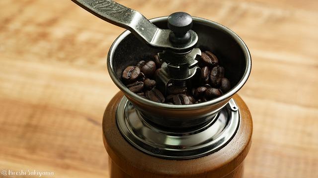 無印良品 カフェインレスコーヒーの豆をコーヒーミルで挽く様子