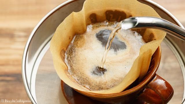 無印良品 カフェインレスコーヒーをドリップする様子