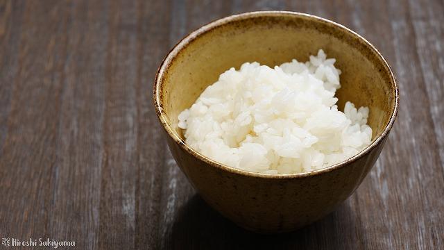 ろはこ米を炊いてお茶碗によそった様子