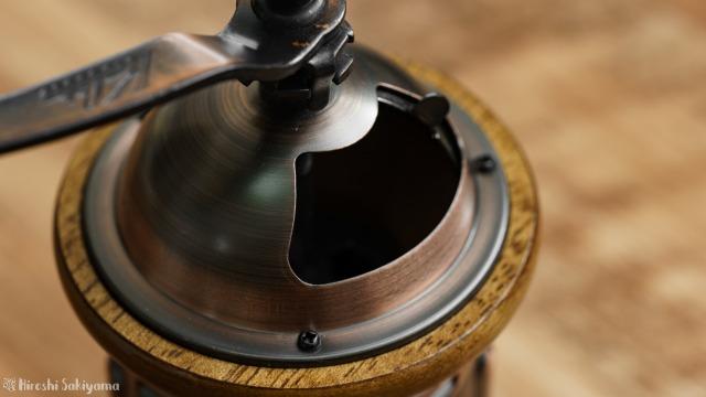 カリタ 手挽きコーヒーミル KH-5のドーム部分、扉を開けた様子