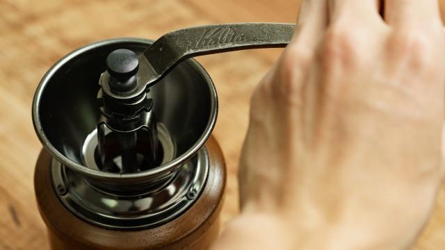 カリタ 手挽きコーヒーミル KH-3をまわす様子