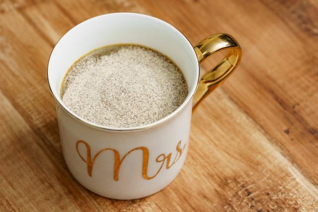 コップにぬるま湯を入れて、カフェテインを加えた様子