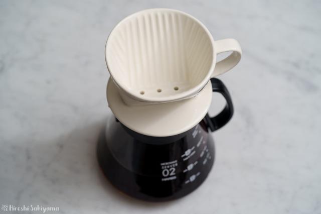 HARIO V60 レンジサーバー 600ml XVD-60Bにカリタ1~2杯用陶器ドリッパーをのせた様子