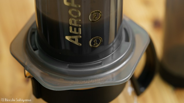 HARIO V60 レンジサーバー 600ml XVD-60Bにエアロプレスがぴったりと合う様子