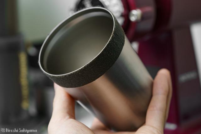 静電気対策に受缶に採用したステンレス タンブラーに静電気除去テープを巻いた様子