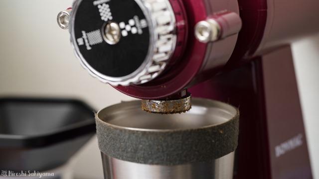 ボンマック コーヒーミル BM-250Nの粉が出る部分に巻いたアルミテープに、静電気で少しコーヒーの粉が付いた様子
