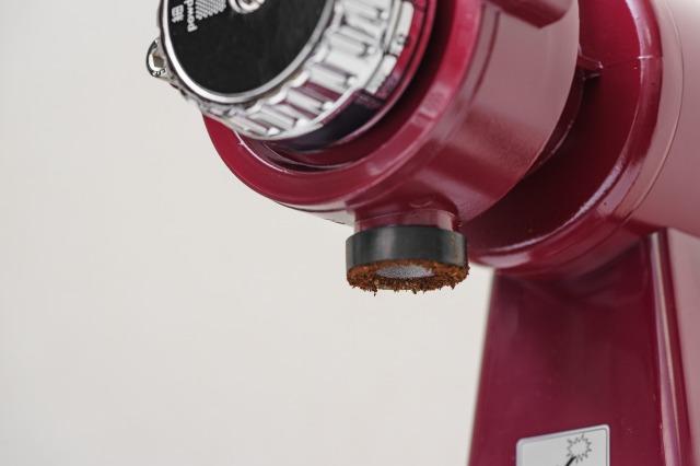 ボンマック コーヒーミル BM-250Nの粉が出る部分、静電気で少しコーヒー豆が付いている