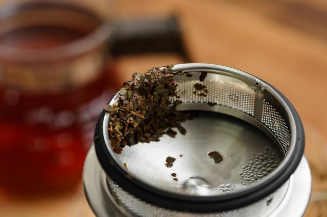 HARIO(ハリオ) ジャンピングリーフポット S 600ml JPS-60-HSVの蓋の注ぎ口にある茶漉しに茶葉が濾される様子