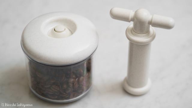 加藤産業 真空保存庫の容器にコーヒー豆を入れて脱気したところと、専用のポンプ