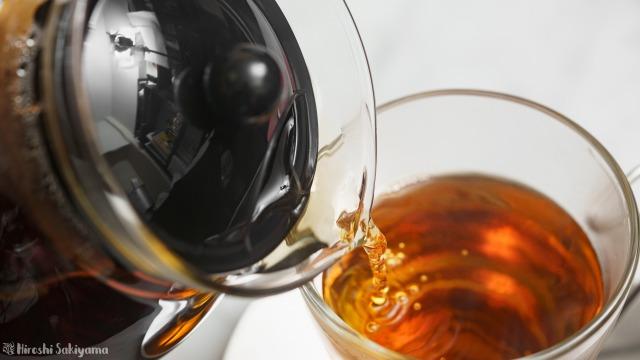 iwaki 耐熱ガラス ジャンピングティーポット K894Tで紅茶を注いでいる様子