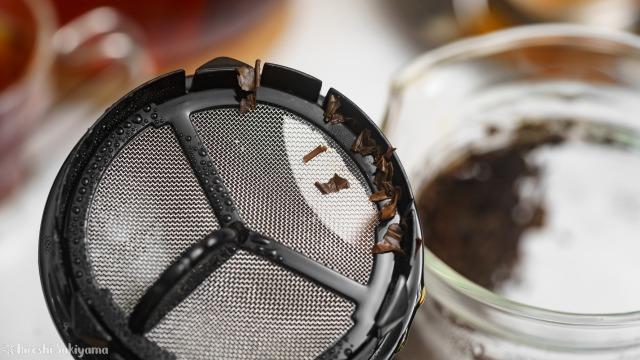 iwaki 耐熱ガラス ジャンピングティーポット K894Tの茶こしにのこった茶葉