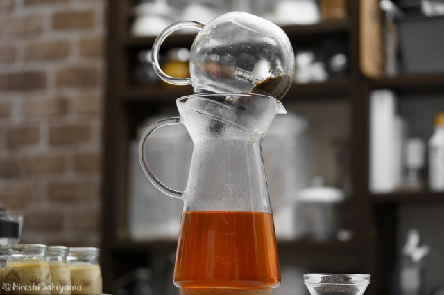 iwaki 耐熱ガラス ジャンピングティーポット K894Tをデカンタに放置し、最後の一滴まで注ぎ切る様子