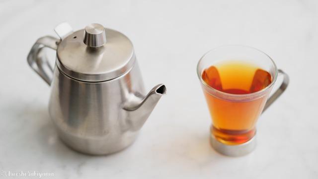 仔犬印 エルム型ティーポット スチールとグラスに入れた紅茶