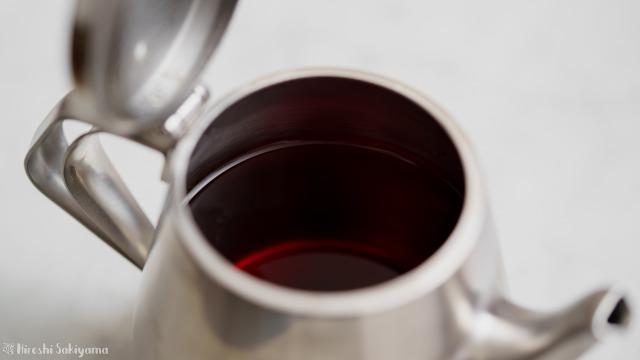 仔犬印 エルム型ティーポット スチールに紅茶が入っている