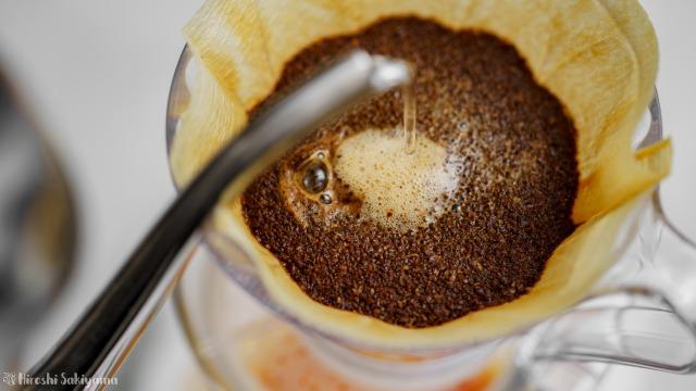 タカムラ コーヒーロースターズのコーヒー豆をペーパードリップ、お湯を注ぐ