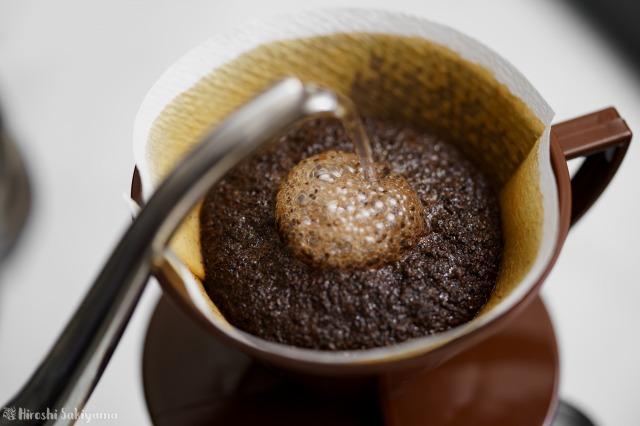 焙煎香房シマノのコーヒー豆をペーパードリップでドリップ中
