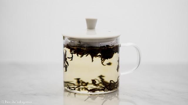 華剛茶業 テイスティング用ガラス製茶海セットのポットで抽出中