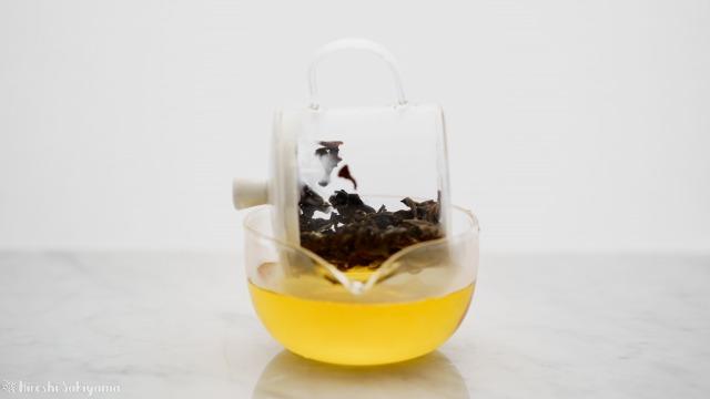 華剛茶業 テイスティング用ガラス製茶海セットのポットを茶海にセットし茶海にお茶を移す