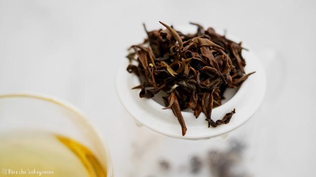 華剛茶業 テイスティング用ガラス製茶海セットのポットの蓋にのせた茶葉
