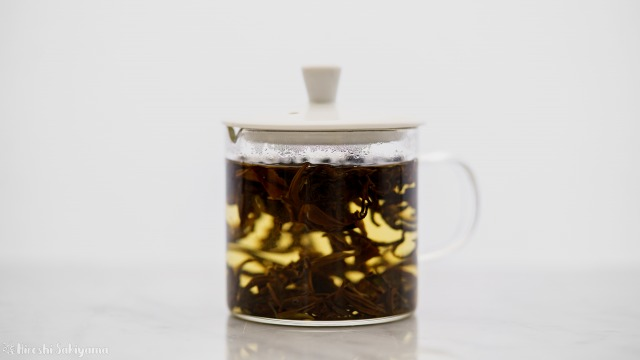 華剛茶業 テイスティング用ガラス製茶海セットのポットで抽出完了