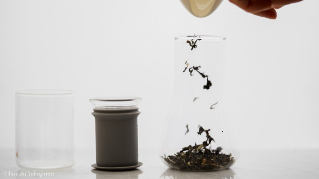Simple Lab Experience KUNG-FU tea set on-goのフラスコに茶葉を入れる