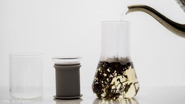 Simple Lab Experience KUNG-FU tea set on-goのフラスコにお湯を注ぐ