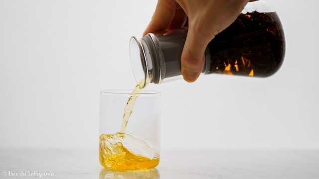 Simple Lab Experience KUNG-FU tea set on-goから抽出したお茶をコップに注ぐ