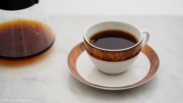 堀口珈琲さんのコーヒー豆でペーパードリップにて淹れたコーヒーをカップに注ぐ