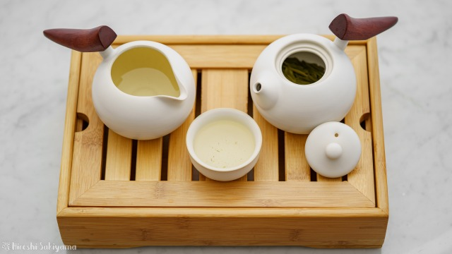 """宜龍 Eilong """"慕秋-哥窯""""シリーズのピッチャー・茶海からコップ・茶杯にお茶を移した"""
