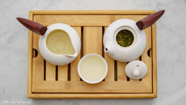 """宜龍 Eilong """"慕秋-哥窯""""シリーズのピッチャー・茶海からコップ・茶杯にお茶を移した、上から"""