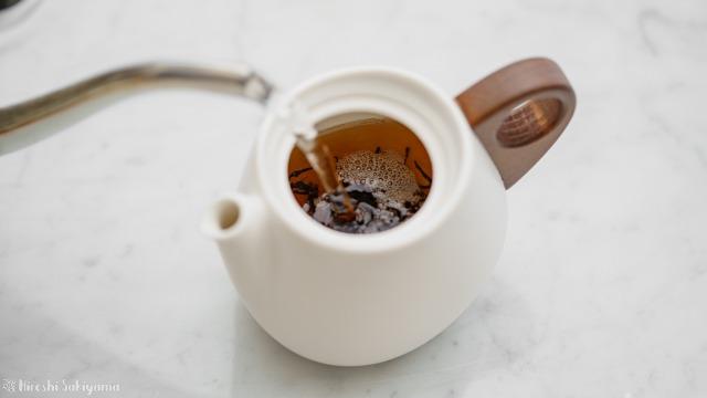 """宜龍 Eilong """"白・居易"""" シリーズの茶壺・ティーポットに茶葉を入れお湯を注ぐ"""
