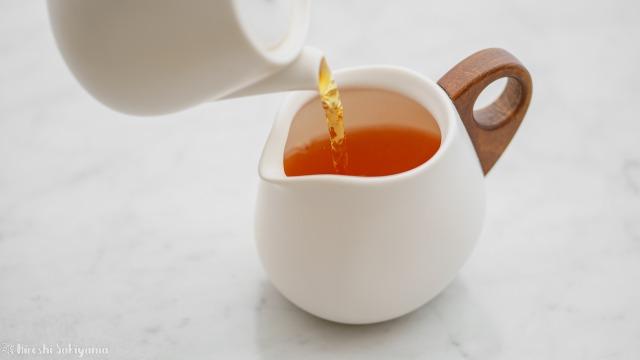 """宜龍 Eilong """"白・居易"""" シリーズの茶壺・ティーポットからピッチャー・茶海に抽出した紅茶を注ぐ"""