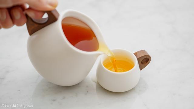 """宜龍 Eilong """"白・居易"""" シリーズのピッチャー・茶海からコップ・茶杯に抽出した紅茶を注ぐ"""