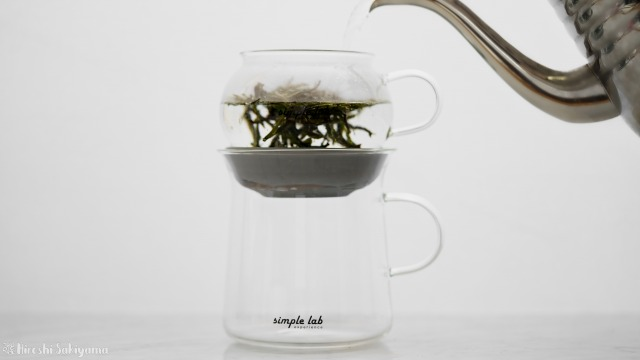 【Simple Lab Experience】AIRO. air-lock easy brewing tea set【MAGIC BREW】に茶葉を入れてお湯を注ぐ