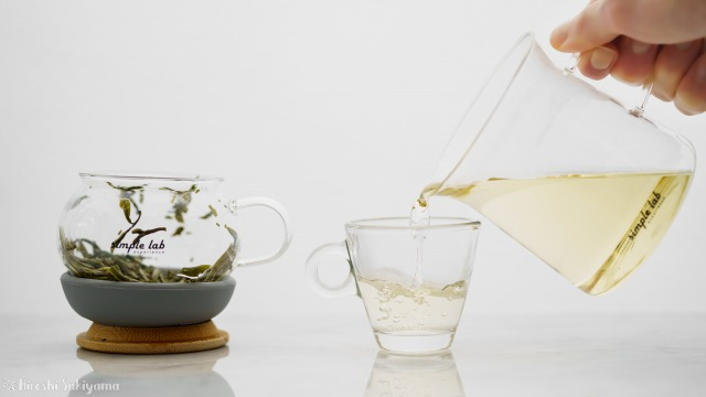 【Simple Lab Experience】AIRO. air-lock easy brewing tea set【MAGIC BREW】のマグカップからお茶をグラスにそそぐ