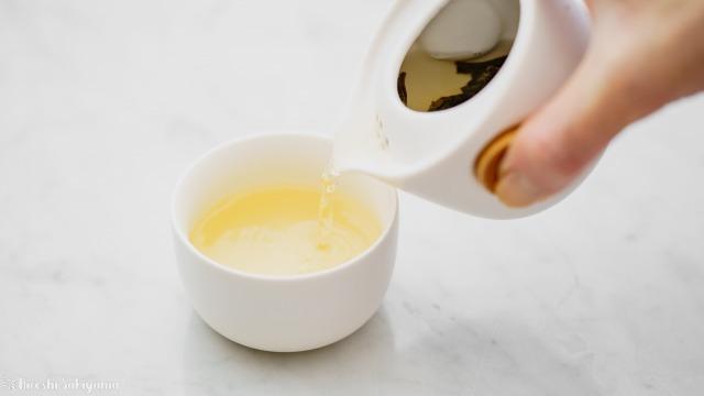 宜龍 Eilong 中国茶テイスティングセットの茶壺で抽出し茶杯に注ぐ
