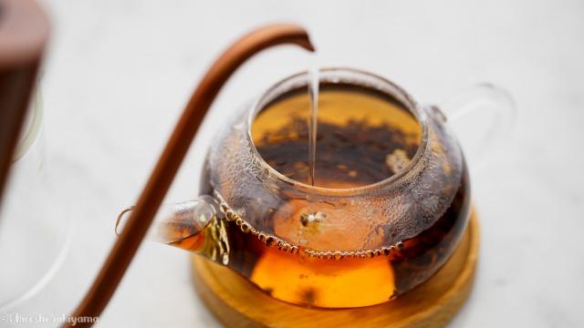 """宜龍 Eilong """"クラシカルガラス""""シリーズ ガラスティーポット(200ml)に茶葉を入れお湯を注ぐ"""