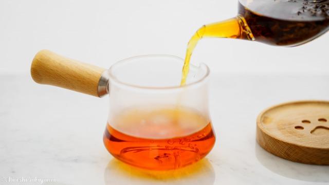 """宜龍 Eilong """"樸風""""シリーズ 耐熱ガラス片口茶海(250ml)に紅茶を注ぐ"""