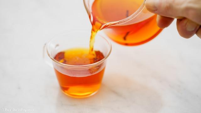 """宜龍 Eilong """"樸風""""シリーズ 耐熱ガラス片口茶海(250ml)からティーカップに紅茶を移す"""