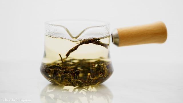 """宜龍 Eilong """"樸風""""シリーズ 耐熱ガラス片口茶海(250ml)で中国茶を抽出する、横から"""