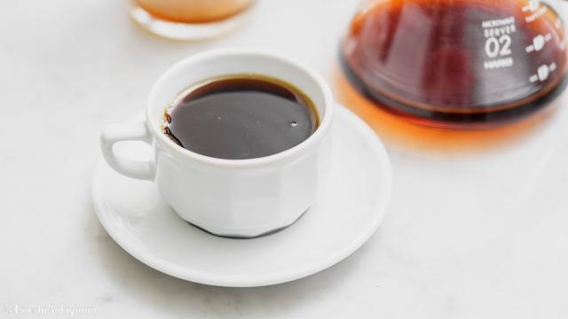 ひつじブレンドのコーヒー豆で淹れたコーヒーをコーヒーカップに注いだ