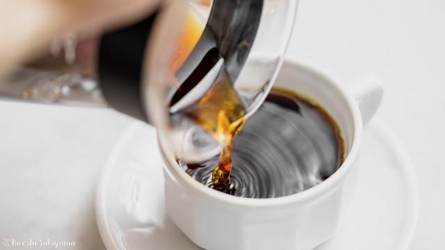 ひつじブレンドのコーヒー豆で淹れたコーヒーをコーヒーカップに注ぐ