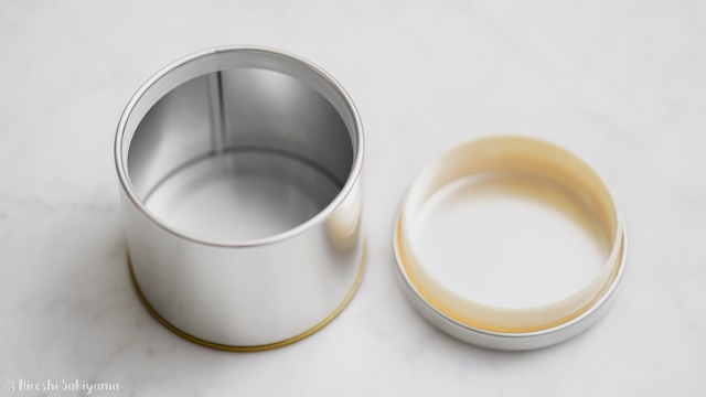 蓋を開けたマキノ 紅茶缶