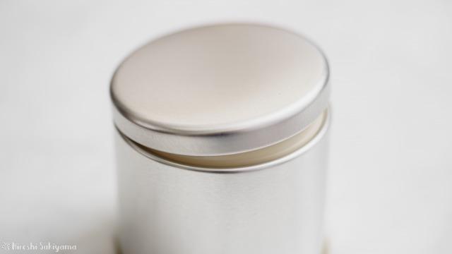 マキノ 紅茶缶の蓋を開ける