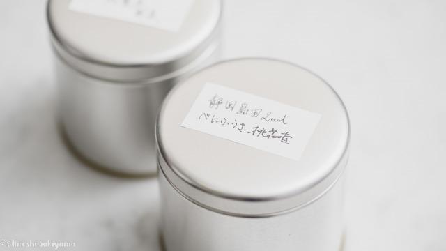 マキノ 紅茶缶の蓋にラベルを貼った
