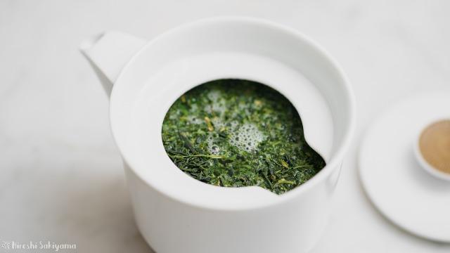 白山陶器 茶宝 栗茶の急須に茶葉を入れてお湯を注いだ