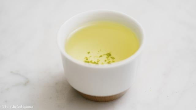 白山陶器 茶宝 栗茶の小煎茶にお茶を注いだ