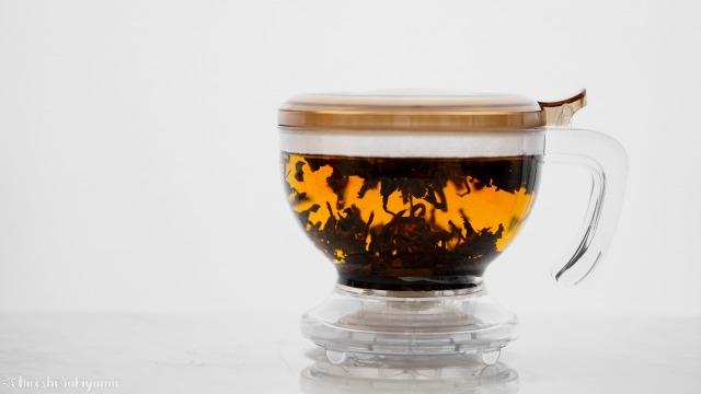 CASUAL PRODUCT パーフェクト C&T ブリューワー ラウンドで紅茶を抽出中